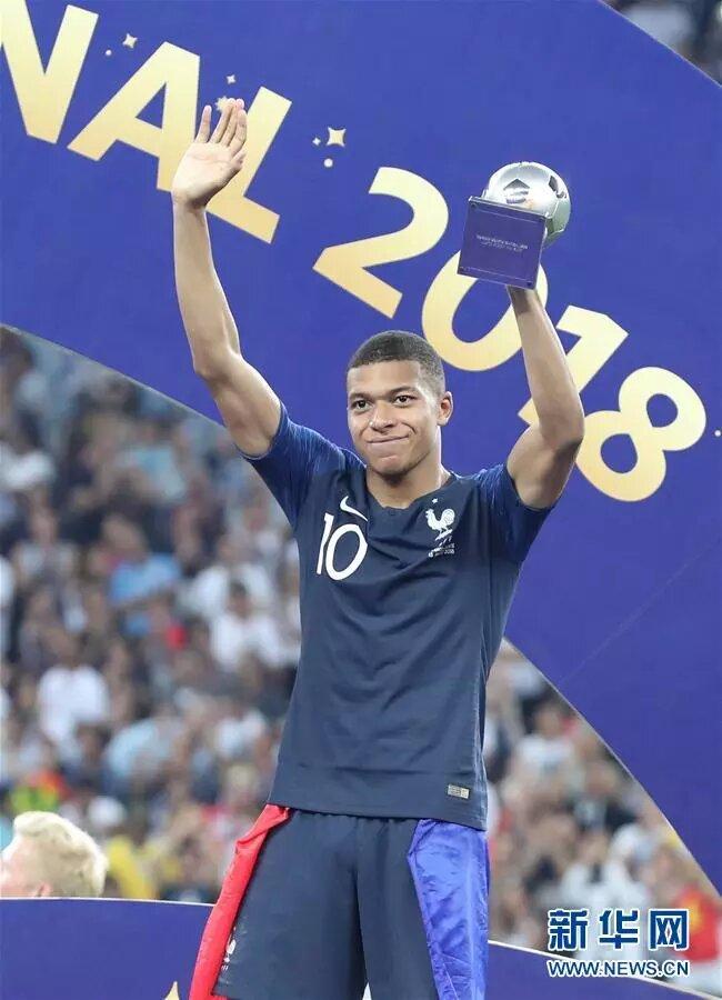 7月15日,獲得最佳新秀獎的法國隊球員姆巴佩在頒獎儀式上。 新華社記者 曹燦 攝