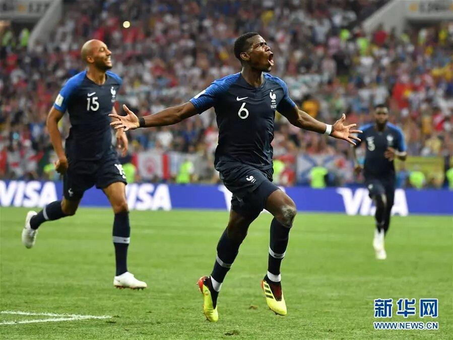 7月15日,法國隊球員普巴(前)在比賽中慶祝進球。 新華社記者 李尕 攝