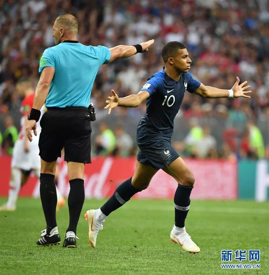 7月15日,法國隊球員姆巴佩在比賽中慶祝進球。 新華社記者李尕攝