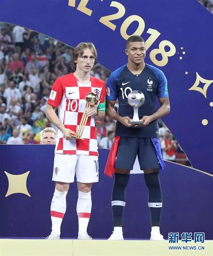 7月15日,分獲世界盃金球獎和最佳新秀獎的克羅地亞隊球員莫德裡奇(左)與法國隊球員姆巴佩在頒獎儀式上。新華社記者 曹燦 攝