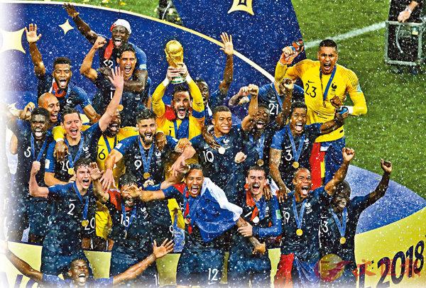 ■法國隊在雨下高舉大力神盃。 美聯社