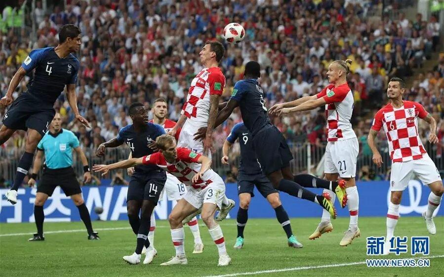 克羅地亞隊對陣法國隊。 新華社記者曹燦攝