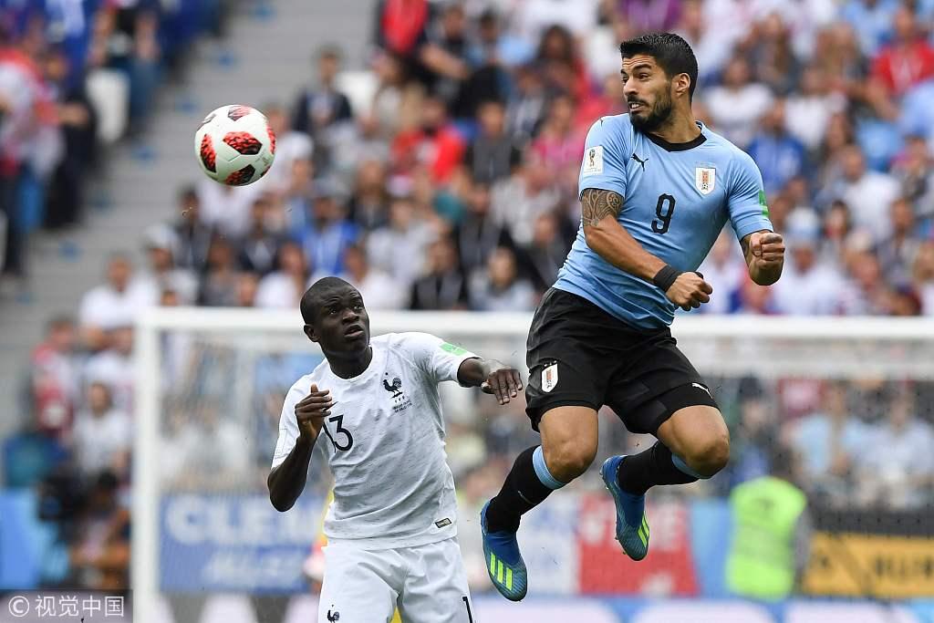 1/4決賽,烏拉圭VS法國。蘇亞雷斯和坎特在比賽中拼搶。
