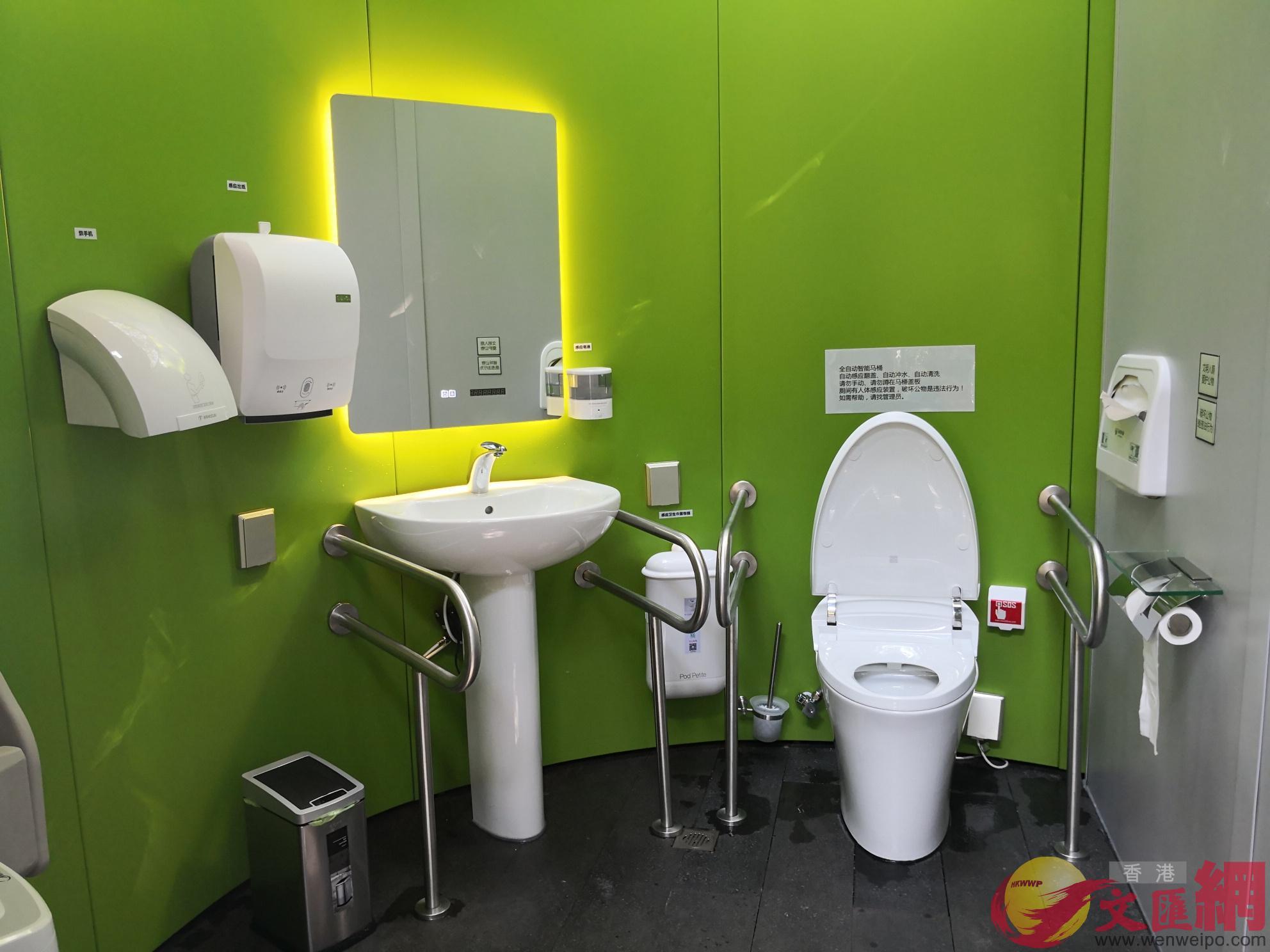 無障礙廁所科技含量十足(記者 郭若溪 攝)