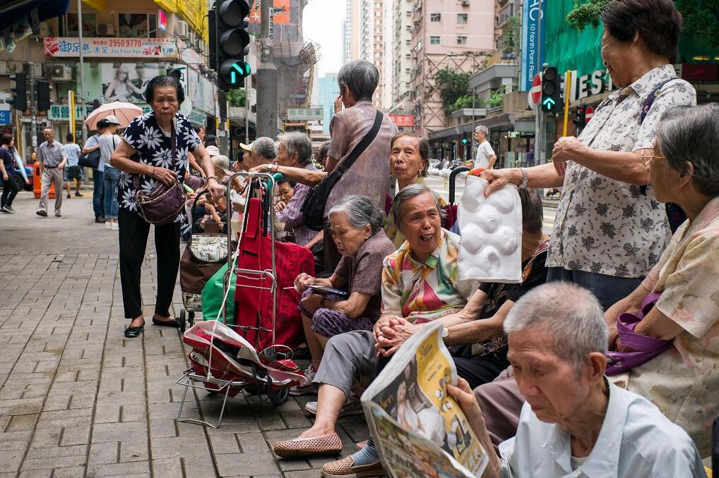 香港蟬聯全球最長壽地區,女性平均壽命近88歲。圖為香港老人(法新社 資料圖片)