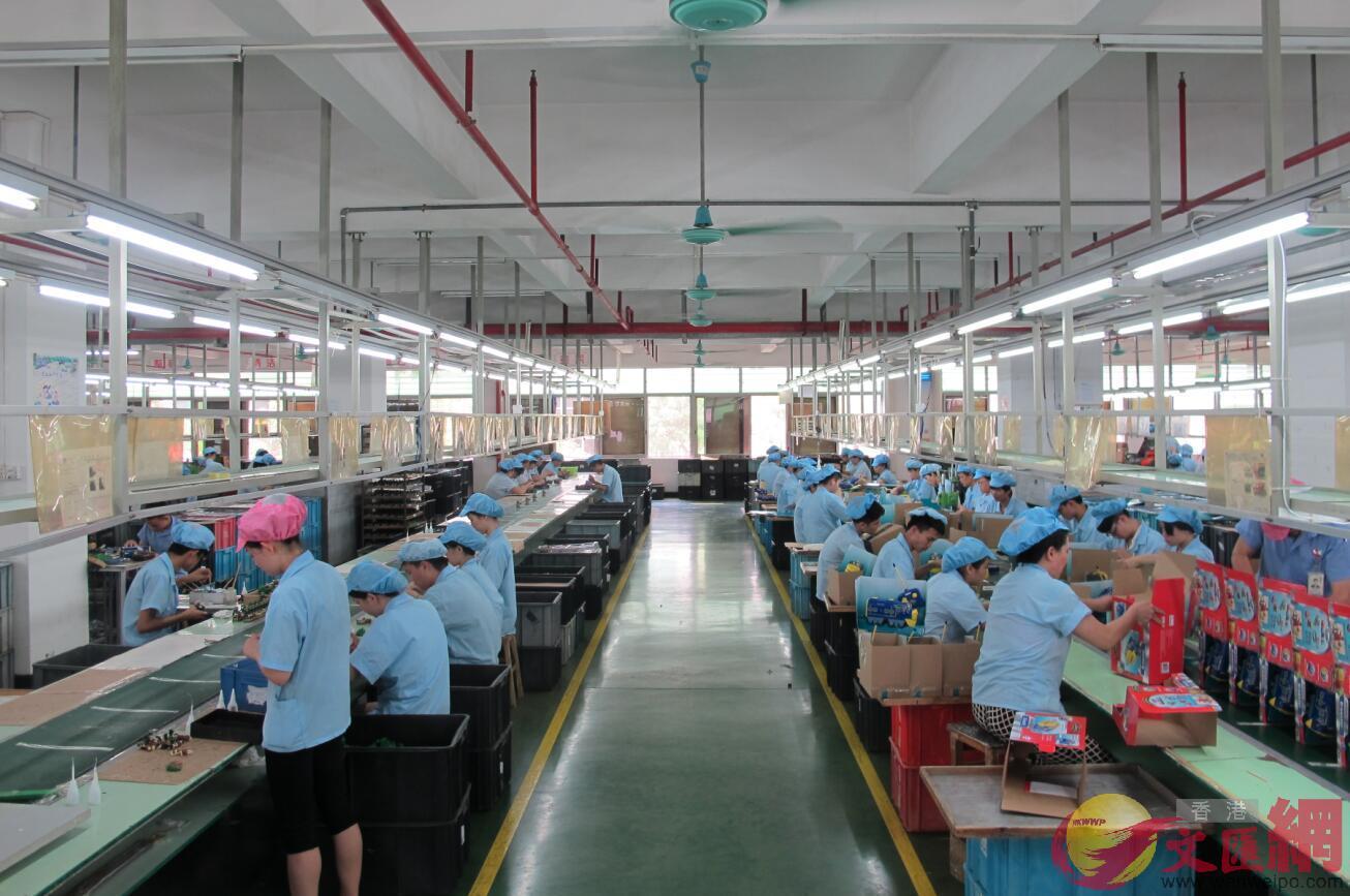 人民幣匯率持續走低,為國內出口企業帶來海外收入增加。圖為廣東一家工廠車間。記者 盧靜怡 攝