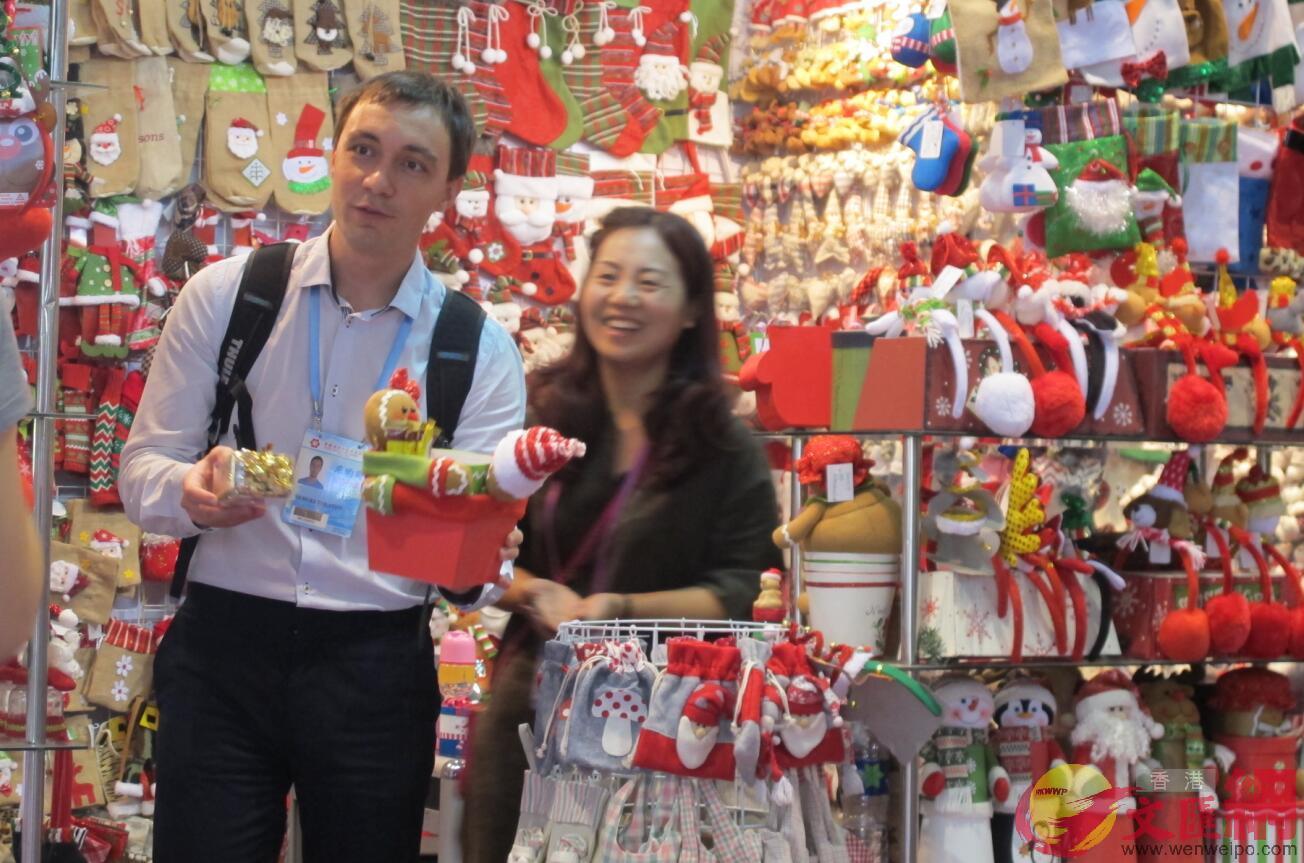 目前正值內地出口商接收聖誕訂單的關鍵期,人民幣貶值帶來利好。圖為一個海外商人採購中國聖誕產品。記者 盧靜怡 攝