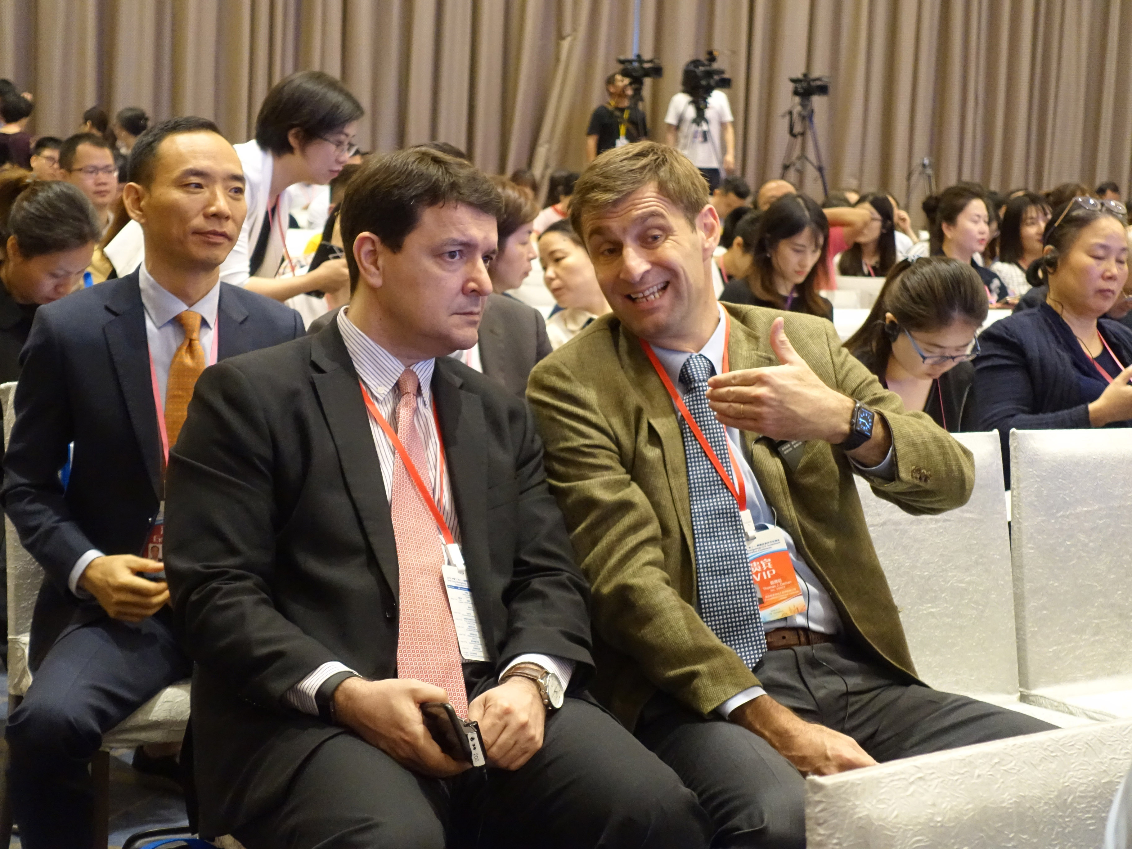 不少美國商人在積極進入中國市場。圖為兩名美國商人在廣東參加推介會。