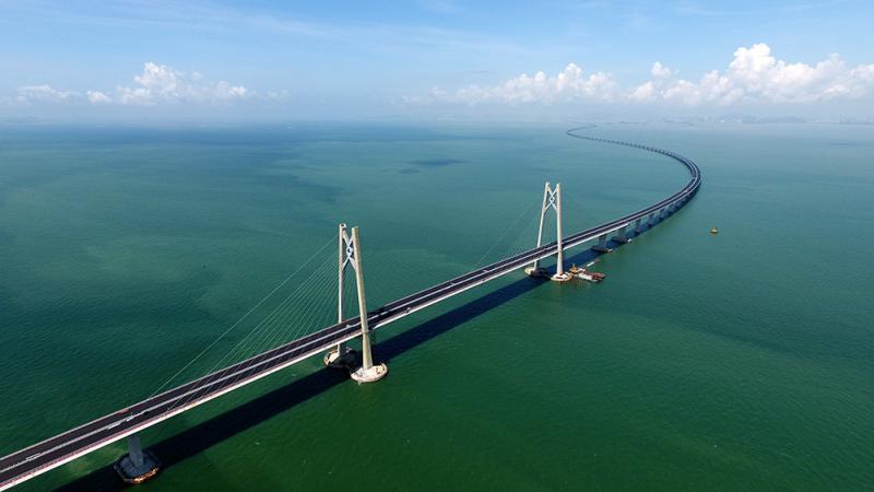 港珠澳大橋通車在即,物流業相信陸路貨運量將大大增加。