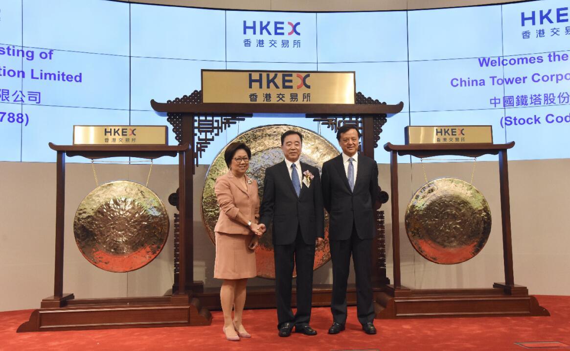 中國鐵塔董事長兼總經理佟吉祿(中)與香港交易所主席史美倫(左)及香港交易所總裁李小加(右)合照。