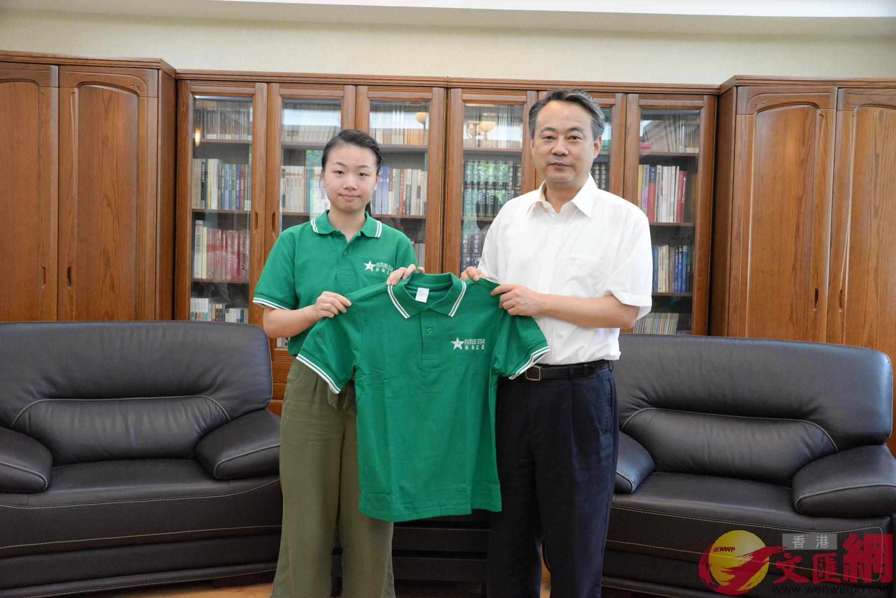 「未來之星」交流團代表向陳勇(右)贈送團服。(記者賀鵬飛 攝)