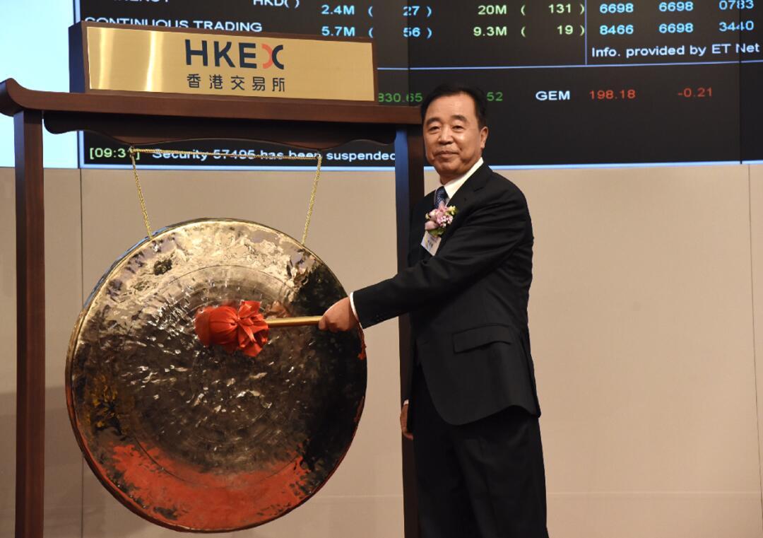 中國鐵塔董事長兼總經理佟吉祿進行上市敲鑼儀式。