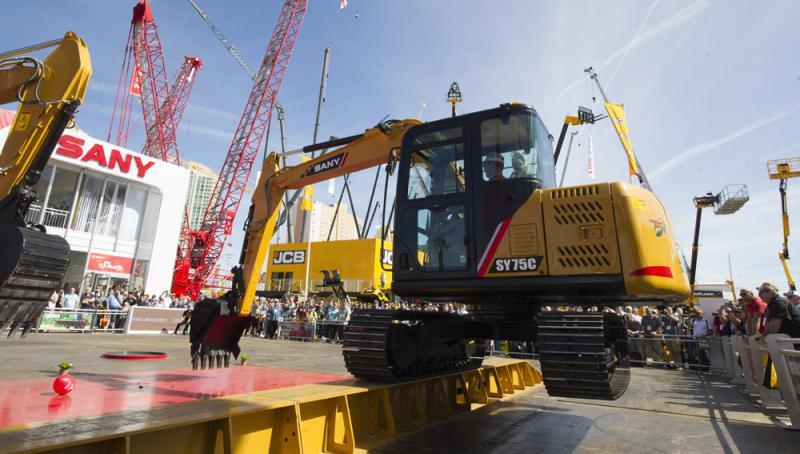 去年3月8日,在美國拉斯維加斯舉行的工程機械展上,中國三一重工的挖掘機進行特技表演\資料圖片