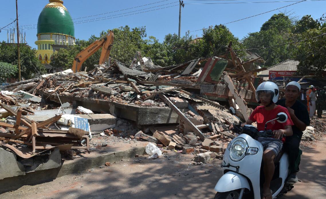 地震導致龍目島大批房屋倒塌(法新社資料圖)
