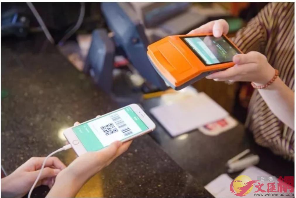 電子發票無需再打印,於微信「卡包」的「發票列表」選擇發票,立刻完成報銷。報銷金額打回微信零錢餘額(記者毛麗娟攝)