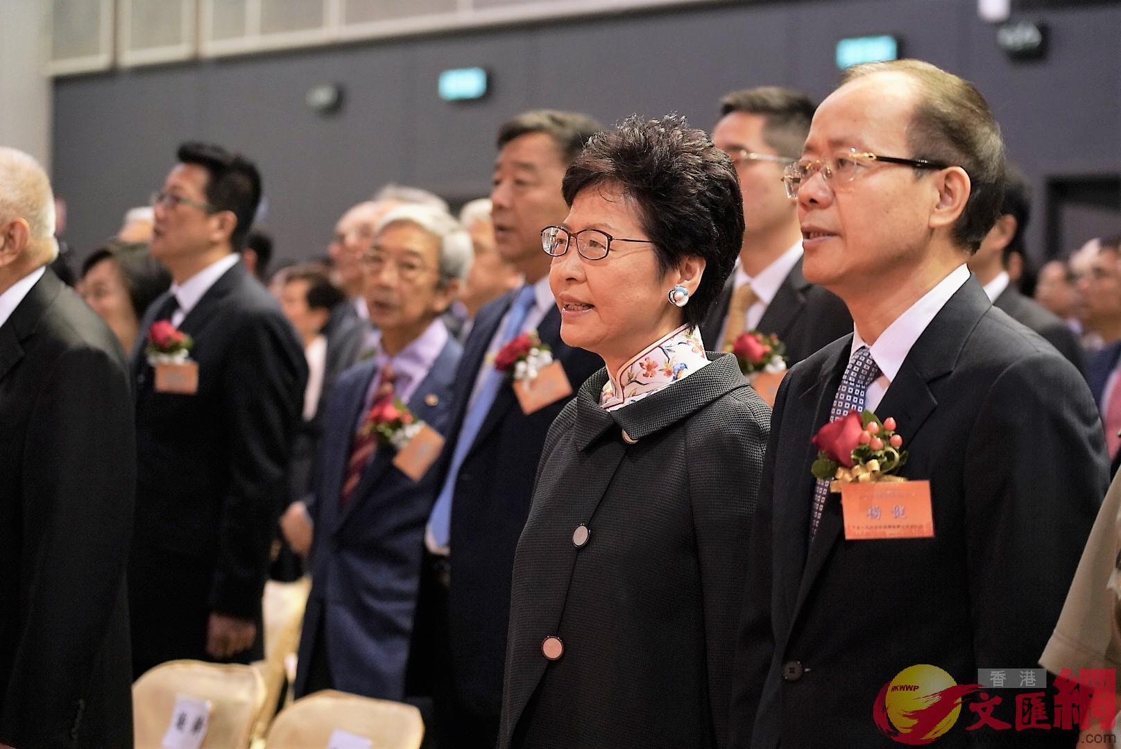 與會嘉賓在開幕式上齊唱國歌(全媒體記者李湃豐攝)