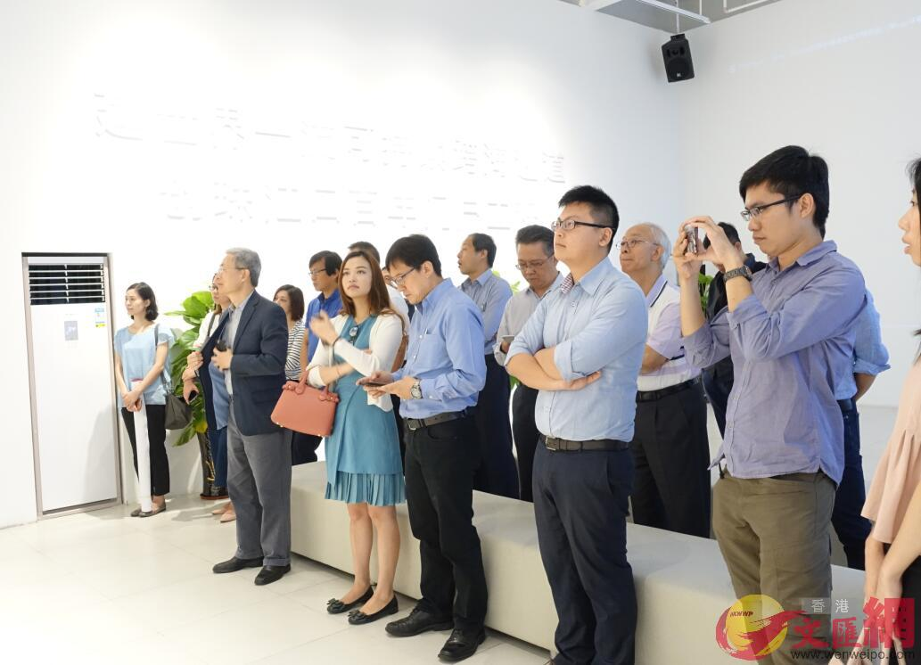 大灣區規劃即將出台,近期越來越多香港投資者到廣東考察。圖為香港專業人士在了解廣東基建情況。(記者盧靜怡 攝)