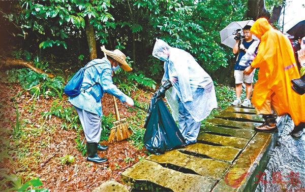 食環署人員清理獅子山公園的垃圾、雜草及積水,防止蚊患。 香港文匯報記者 顏晉傑 攝