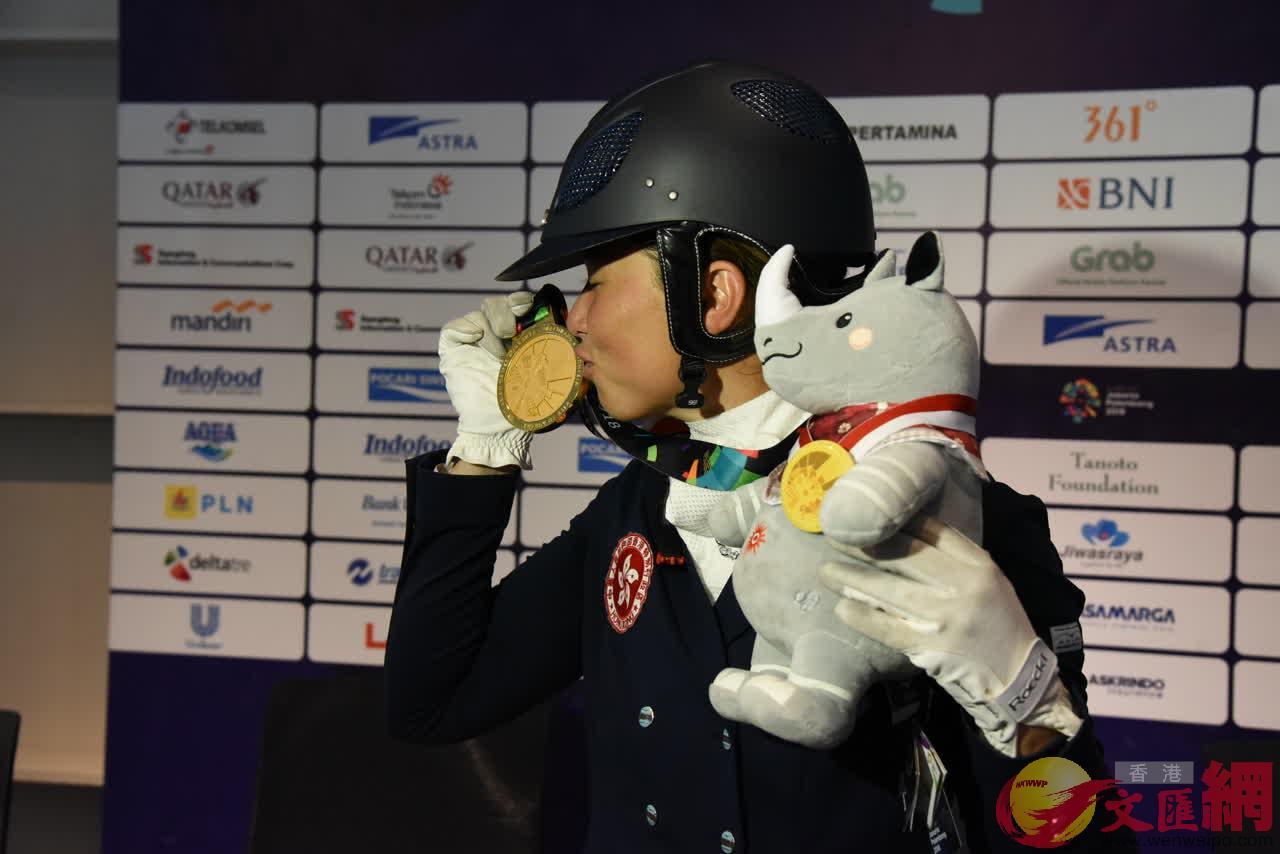蕭頴瑩親吻金牌