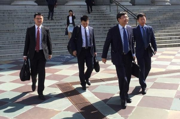中國代表團步出美國財政部大樓。法新社