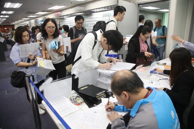勞工處昨舉辦西九龍站專門招聘日,三間公司提供270個職位,月薪可達2.3萬元,吸引打工仔應徵 大公報記者蔡文豪攝