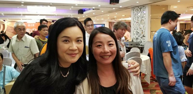 吳敏兒(左)與劉小麗合照,狀甚老友。網上圖片