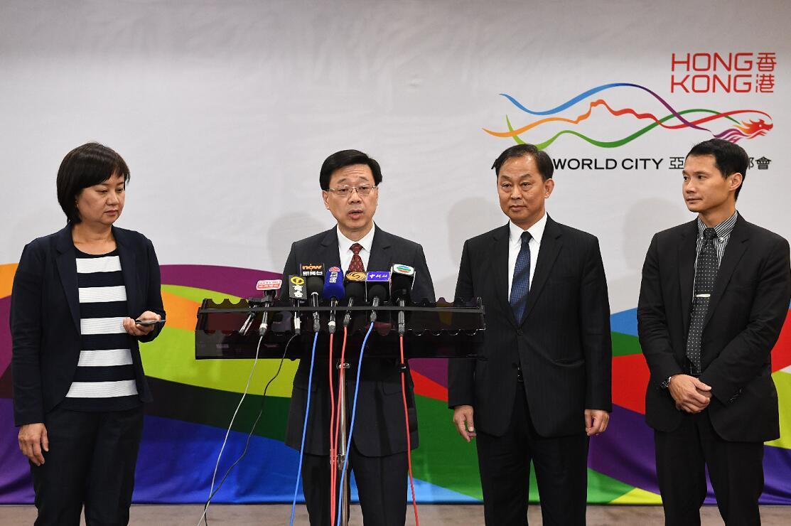 香港保安局局長李家超(左二)28日表示,將確保高鐵西九龍站及港珠澳大橋兩個口岸開通暢順(中新社)