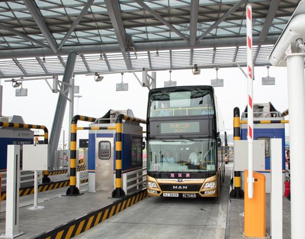 參與測試車的穿梭巴士經過港珠澳大橋收費站。大橋管理局供圖