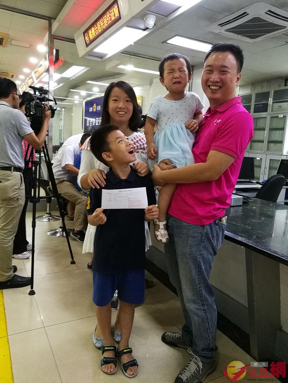 蘇一舫太太是湖南人,故帶着三個孩子前來辦理居住證。記者 胡若璋攝