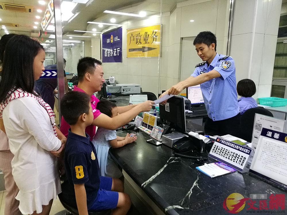 台商蘇一舫帶着孩子辦理居住證,成為廣州首個申請的台胞。記者 胡若璋攝