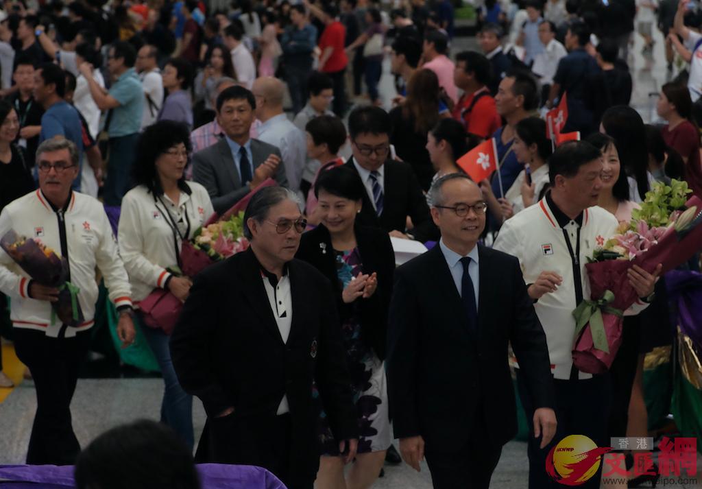 劉江華(前排右)與霍震霆(前排左)在歡迎儀式現場