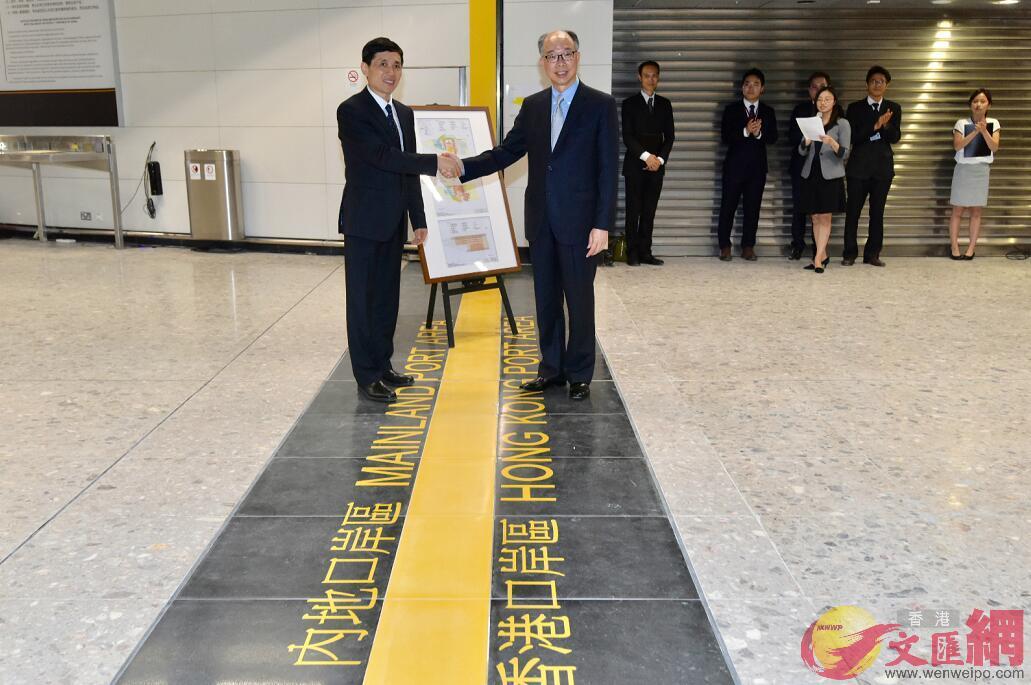 香港運輸及房屋局局長陳帆(右)昨晚(3日)將「內地口岸區」的圖則交予深圳市人民政府副秘書長楊修友(左)。