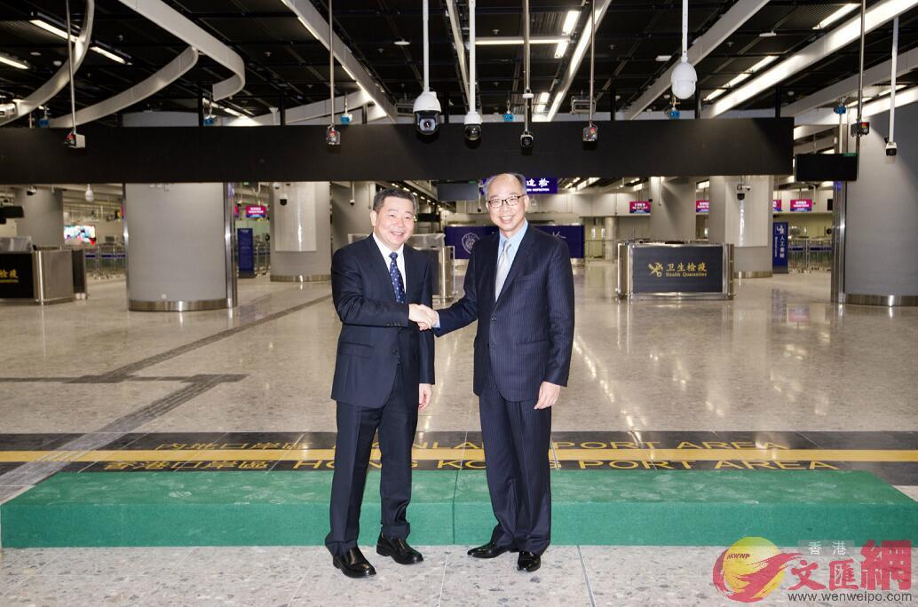 香港運輸及房屋局局長陳帆(右)和廣東省人民政府副秘書長林積(左)