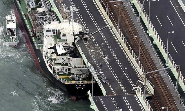 「寶運丸」油輪橫向撞斷聯絡橋