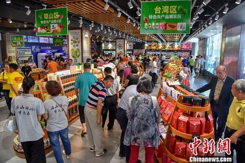 資料圖:民眾正在超市購物。中新社記者 駱雲飛 攝