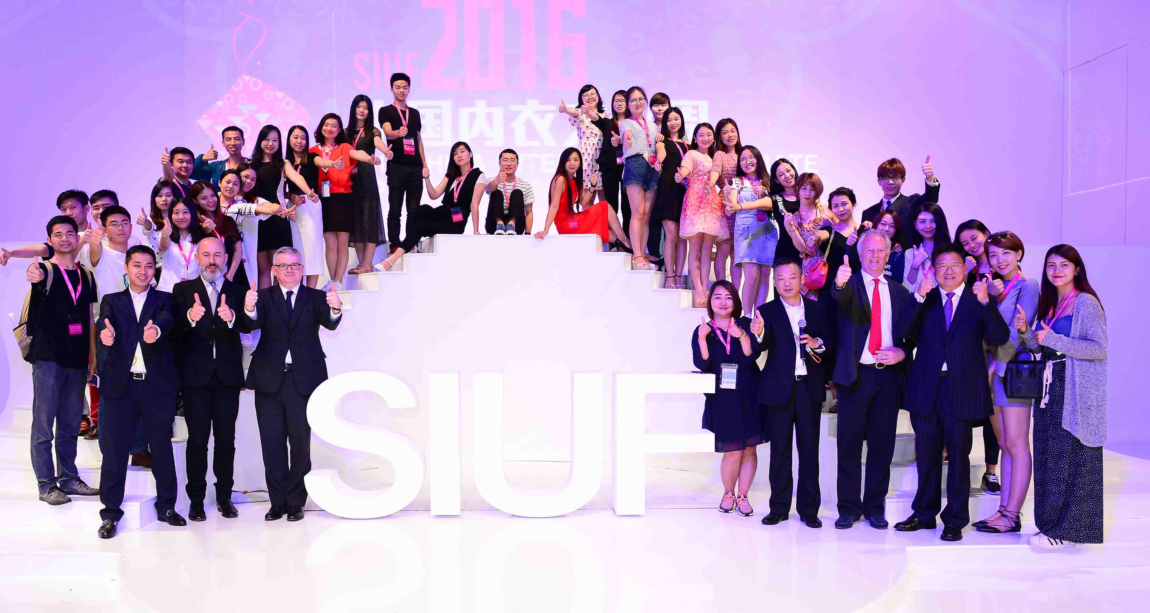 全球最大規模內衣產業展會——SIUF中國(深圳)國際品牌內衣展工作人員合影。