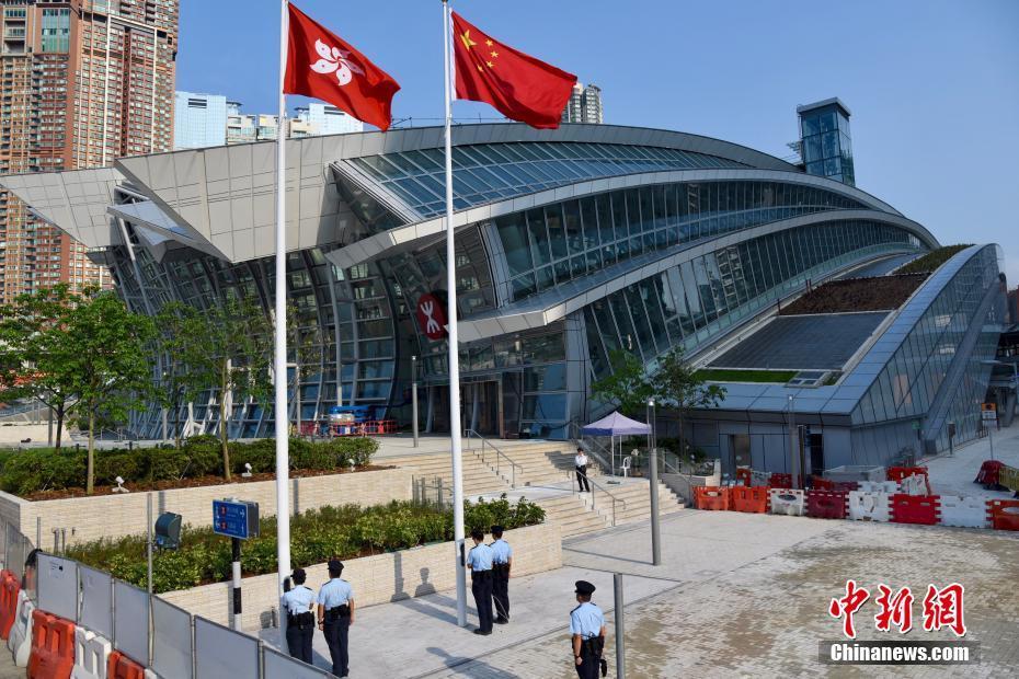 9月5日早上,一個香港警員小隊正在廣深港高鐵西九龍站進行升國旗及區旗儀式。高鐵西九龍站由9月4日起,每天定時有警員進行升、降旗儀式。中新社