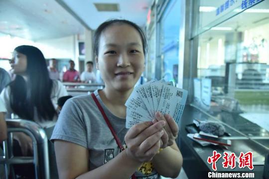 圖為旅客展示購買的車票。