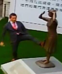 藤井實彥7日竟抬腳踹向「慰安婦」銅像(監控截圖)