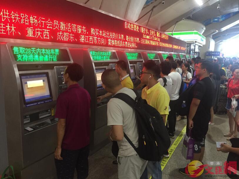 廣深港高鐵票收到熱捧。圖為廣州南站支持回鄉證和居住證購票的自助機(記者敖敏輝攝)