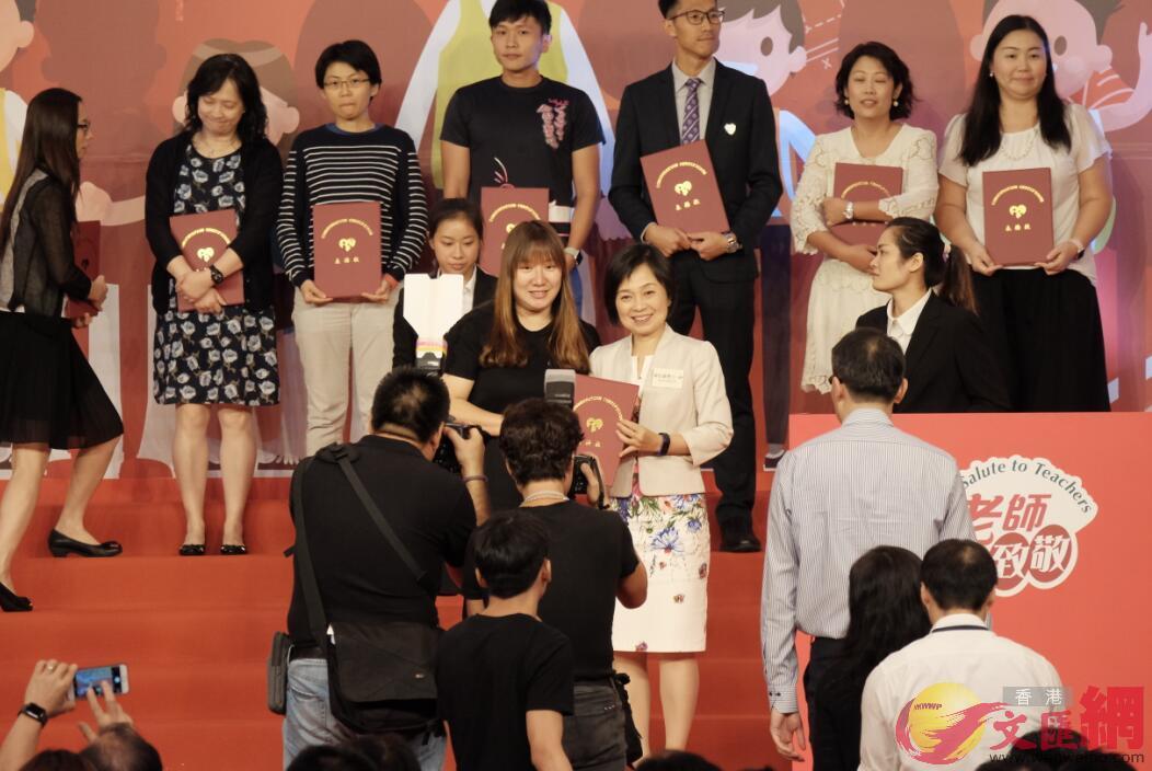 教育局副局長蔡若蓮(右)為優秀教師頒獎