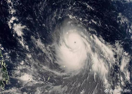 香港天文台預測超強颱風「山竹」或正面襲港。圖為「山竹」衛星照片(中央氣象台微博)
