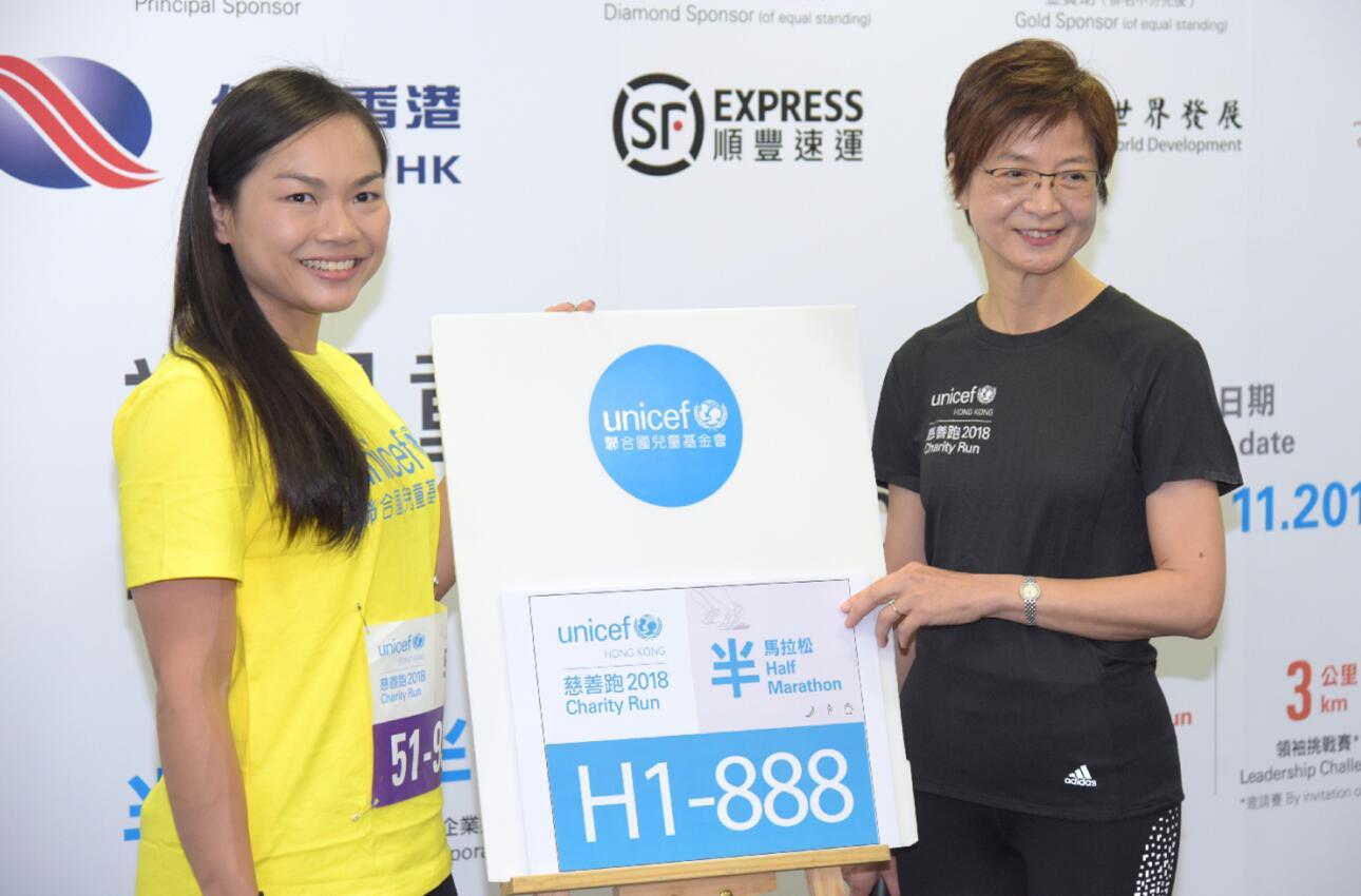 香港撥600億港元撐體育發展,體育界有信心再創佳績。圖為香港單車運動員李慧詩(左)。(香港中通社)