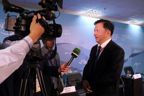 中央廣播電視總台台長慎海雄接受RT電視台記者採訪。