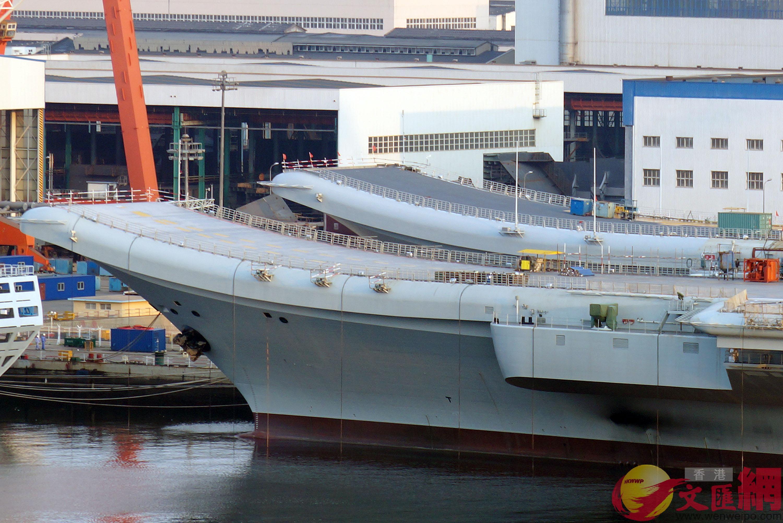 遼寧艦甲板(後)塗層已鋪設完畢 記者宋偉攝