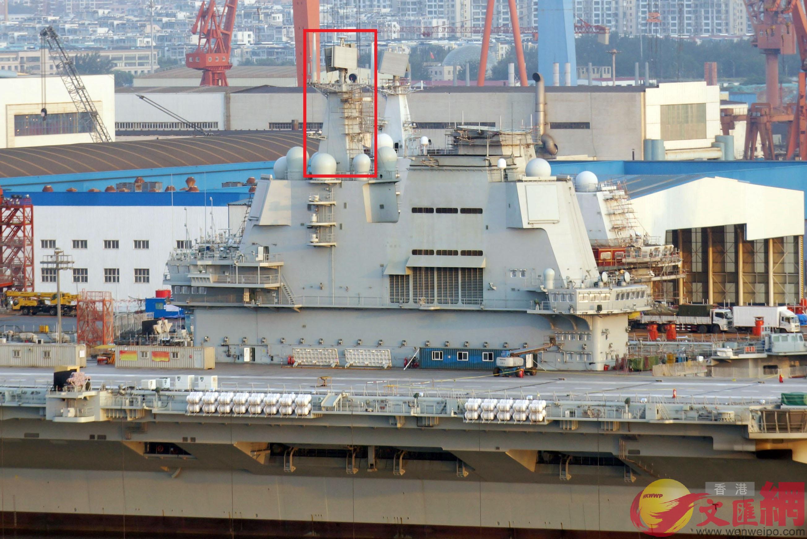 國產航母艦島桅桿近頂板雷達位置(紅框)再次搭起腳手架 記者宋偉攝
