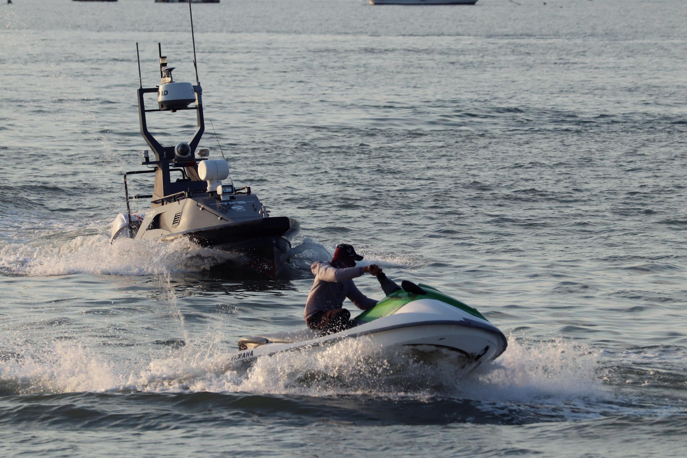 「守護者」號安防無人艇接到指令後快速追捕「走私犯」。