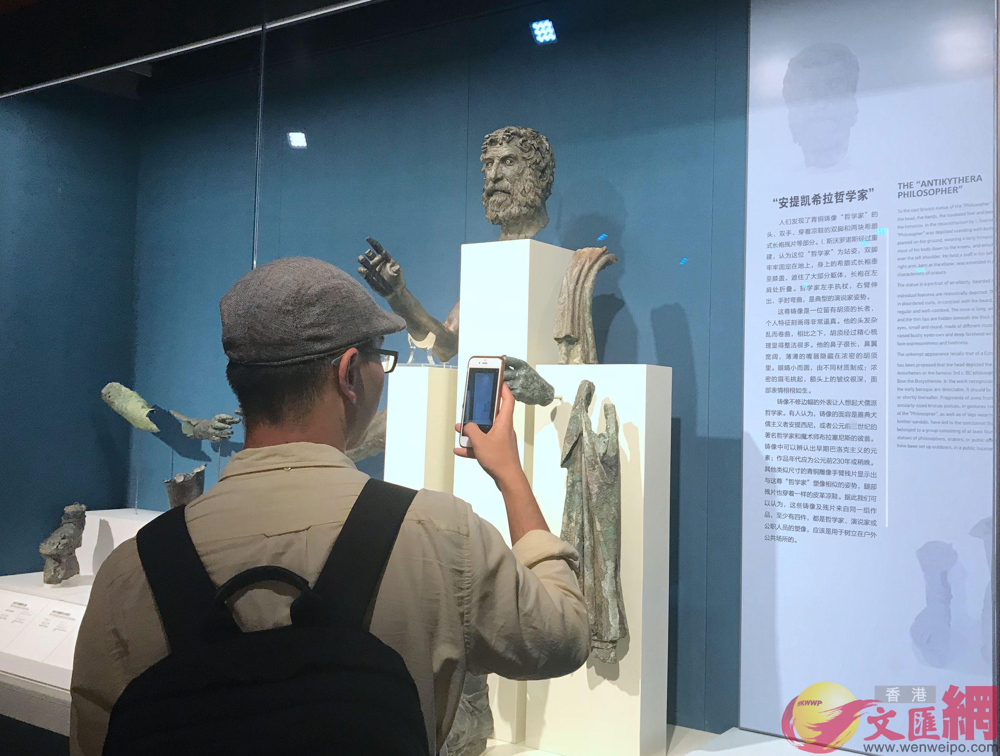 觀眾在欣賞古希臘文物。 江鑫嫻 攝