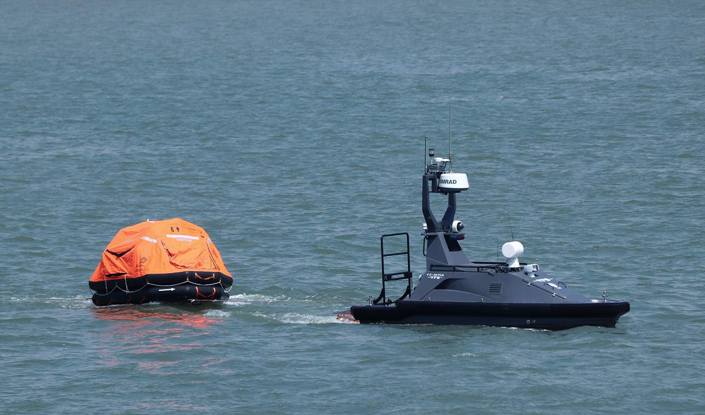 「守護者」號安防無人艇彈出救生筏救起落水「走私犯」。