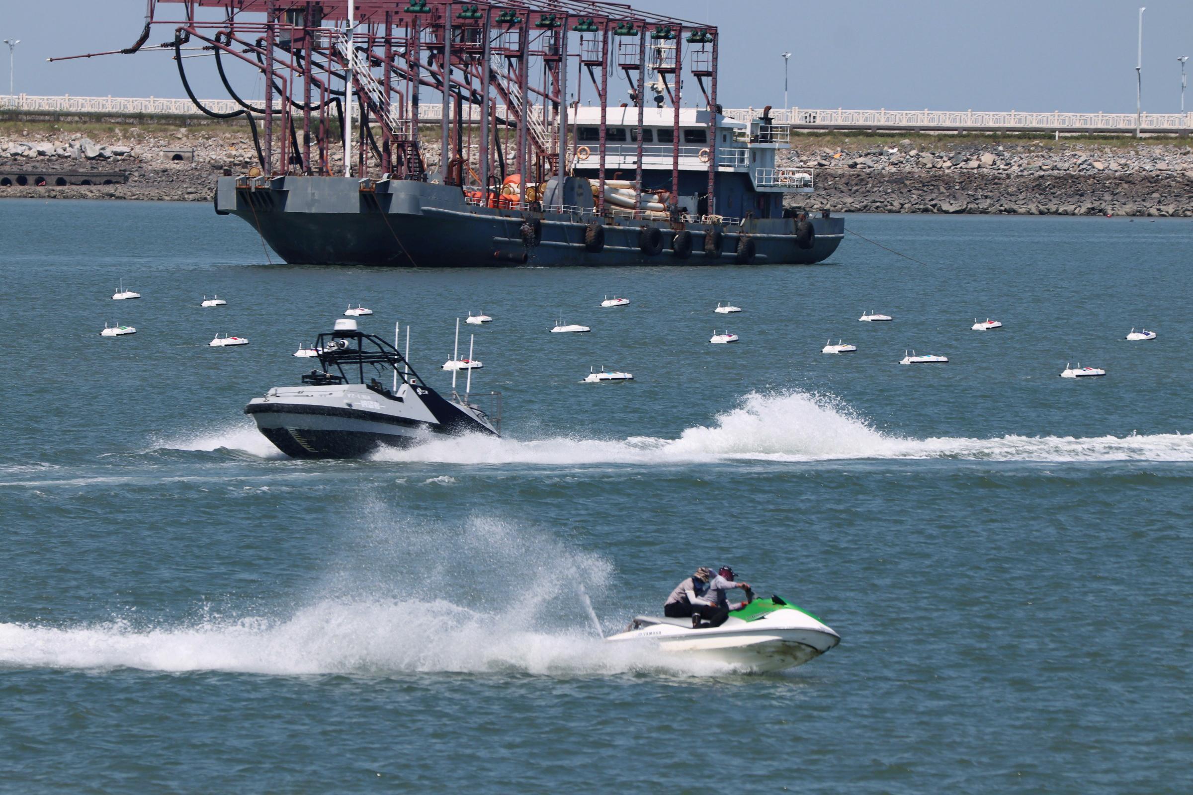在反走私演練中,L30「瞭望者」號安防無人艇配合包圍「走私犯」。